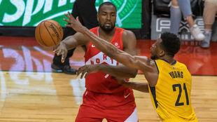 Ibaka ante Young en la victoria de los Raptors sobre los Pacers