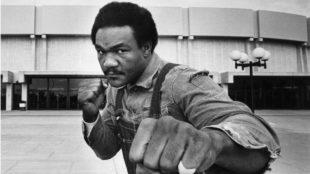 George Foreman posa frente al Nassau Coliseum, donde se enfrentó a...