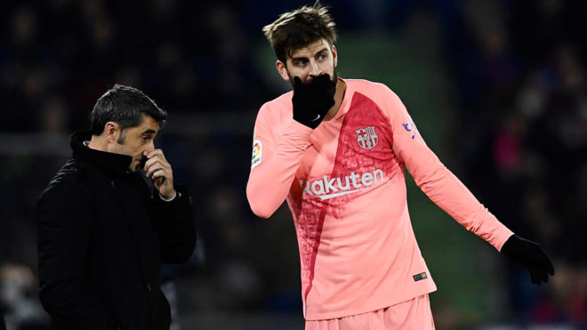 Piqué speaking with Valverde during the game against Getafe