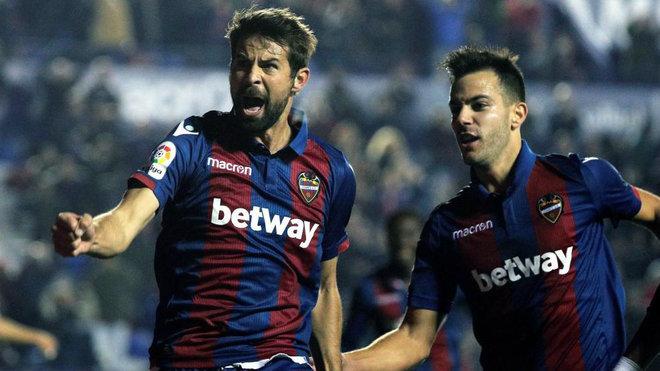 Koke celebra con Rober Pier el tanto que anotó al Girona.
