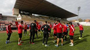 Los jugadores del Reus escuchan a su míster antes de un entrenamiento