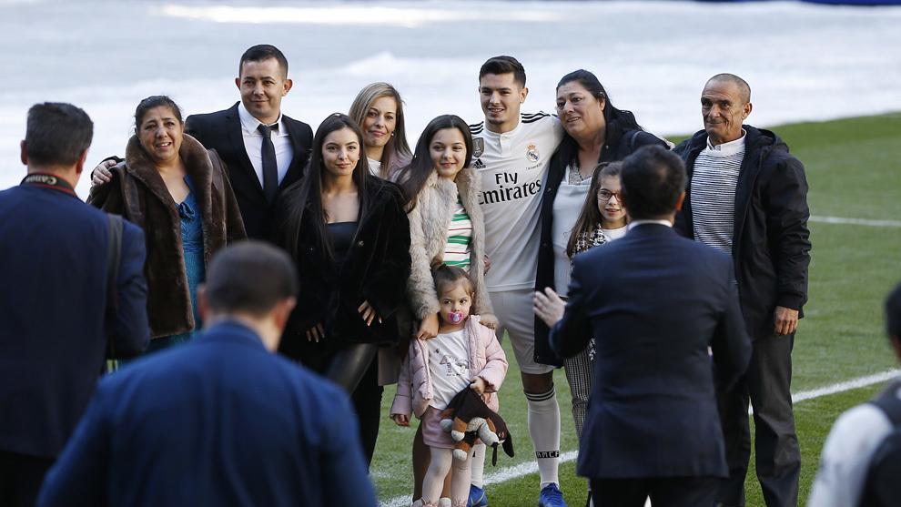 Brahim Díaz, rodeado de su familia durante la presentación.