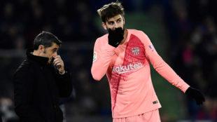 Piqué se dirige a Valverde durante el partido en Getafe.