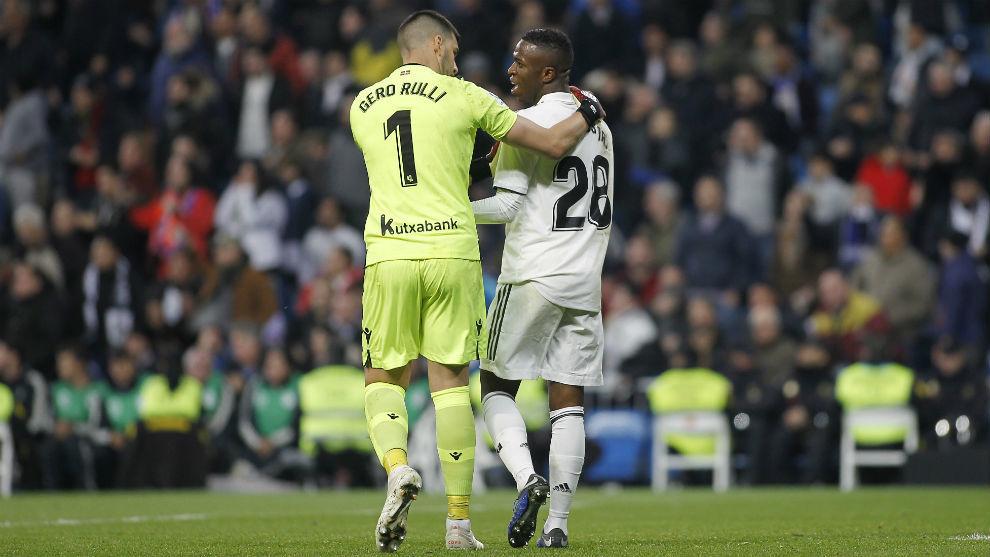 Rulli y Vinicius tras la jugada de la polémica.