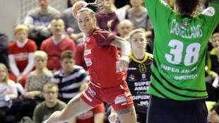 Merche Castellanos trata de detener un lanzamiento de una jugadora...