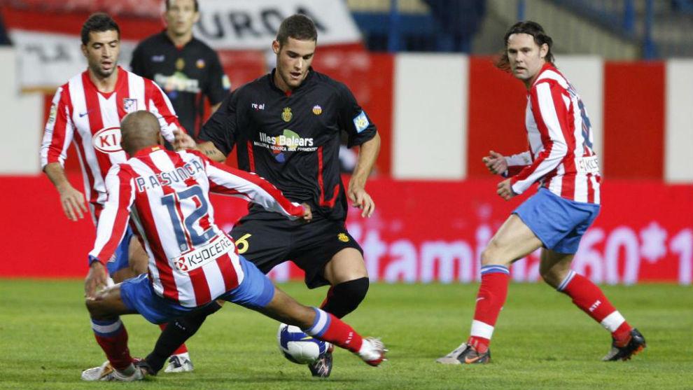 Mario Suárez, en su etapa con el Mallorca, jugando un partido ante el...