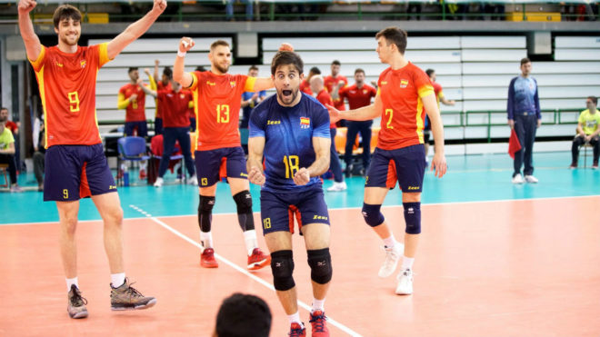 La selección masculina celebra el triunfo ante Bielorrusia
