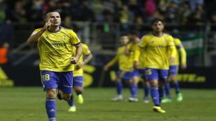 Karim Azamoum celebra uno de los goles que marcó con el Cádiz