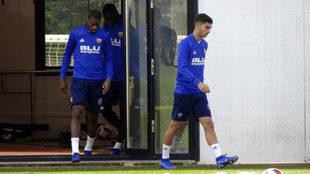 Ferran Torres durante un entrenamiento con el Valencia.