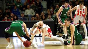 Jaime Fernández lucha por el balón con Filip Covic.