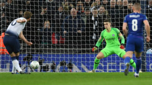 Kane anota el gol del triunfo del Tottenham ante el Chelsea.