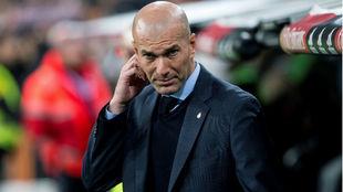 Zinedine Zidane, en el banquillo del Bernabéu en el Real...
