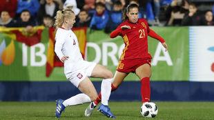 Andrea Falcón sortea a una jugadora polaca en un amistoso disputado...