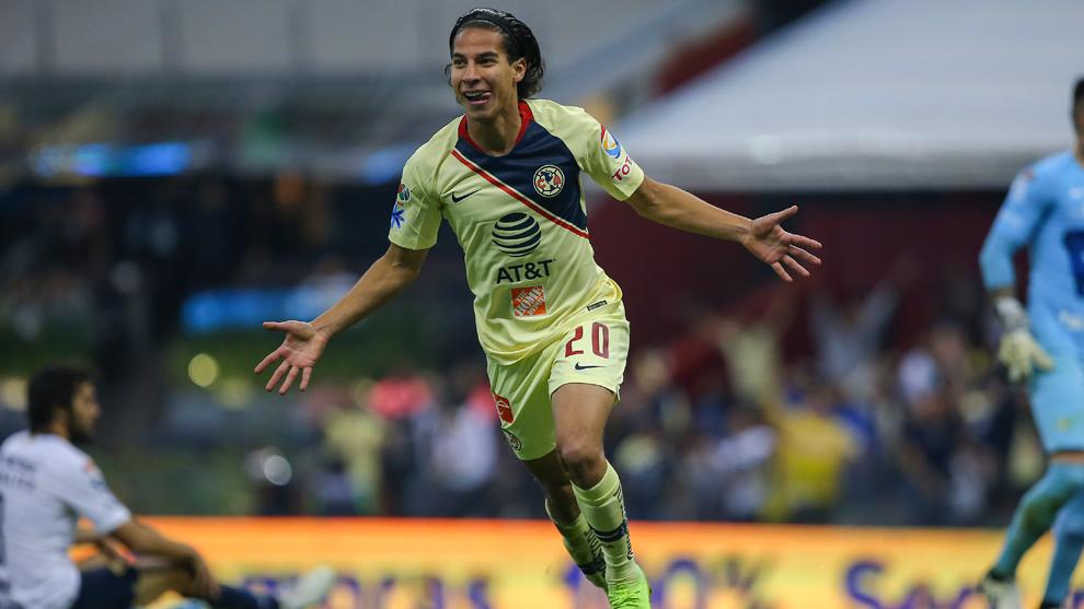 Lainez, saltando sobre Edson Álvarez al celebrar un gol