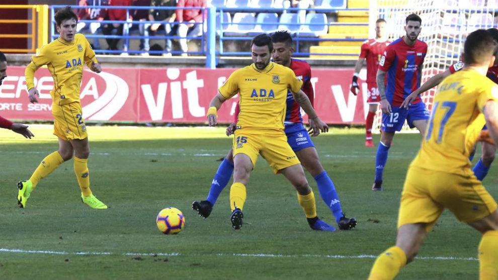 Juan Muñoz protege el balón ante Zarfino