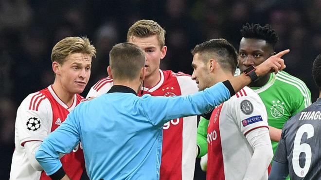 Wöber, tapado por el árbitro, discute su decisión.