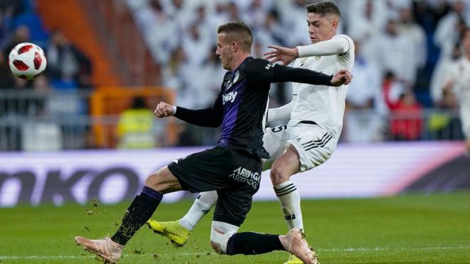 Valverde pelea un balón con Rodrigo Tarín.