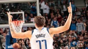 Luka Doncic jugando con los Dallas Mavericks