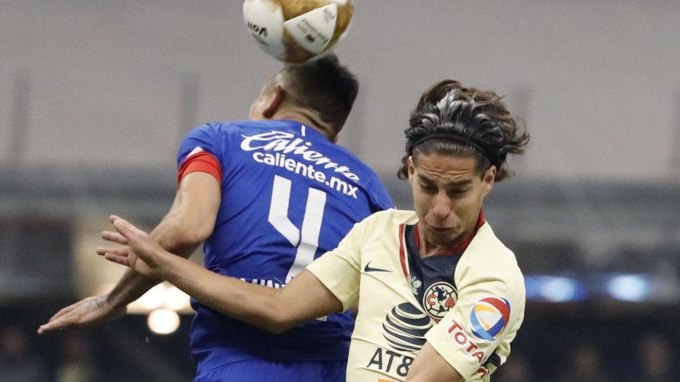 Lainez pugna por un balón con Julio Domínguez