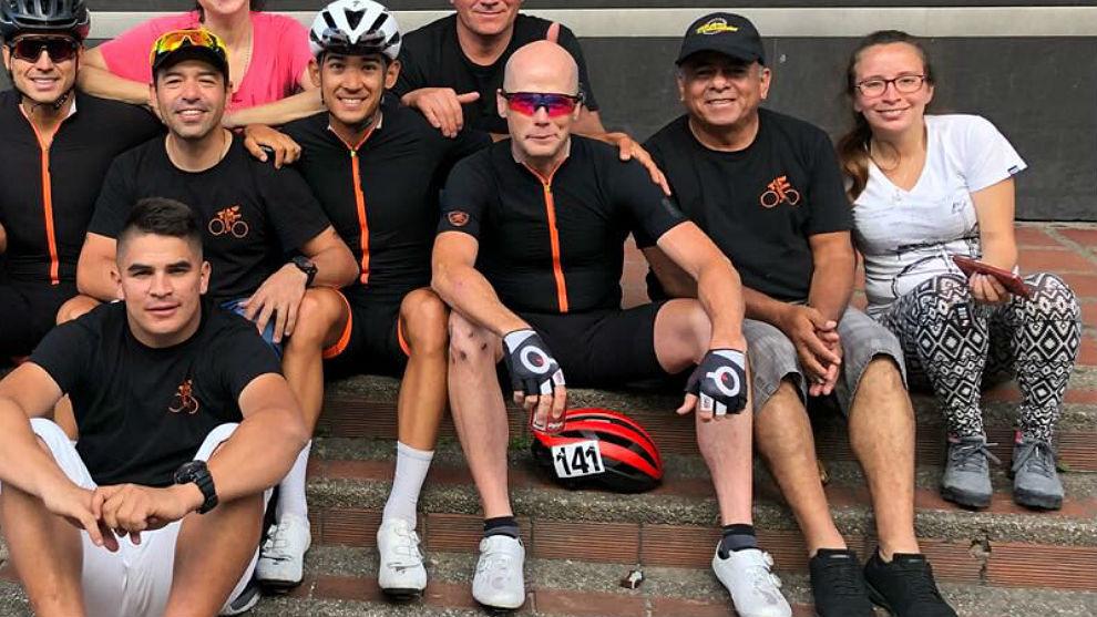 Chris Horner, en el centro con compañeros del Iluminate.