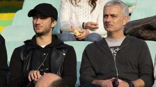 Mourinho, en la grada viendo al Vitória Setúbal.