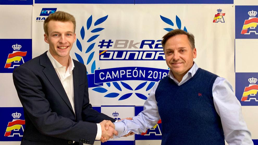 El joven catalán (21), junto al presidente de la Federación, Manuel...