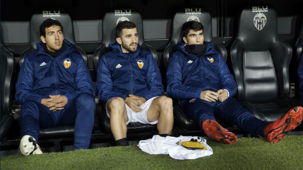 Parejo, Gayá y Soler en el banquillo del partido contra el Ebro.