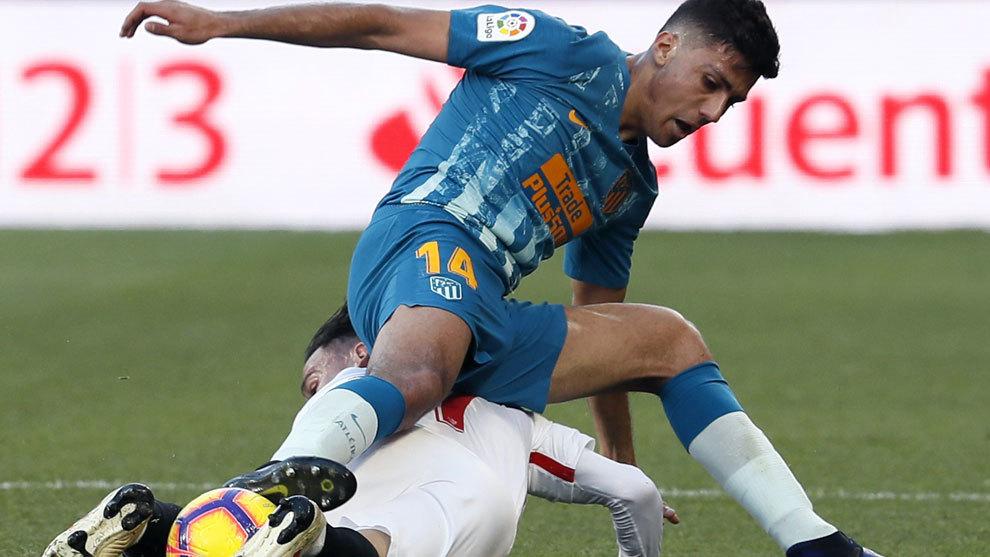 Rodrigo disputa un balón con Roque Mesa durante el choque ante el...