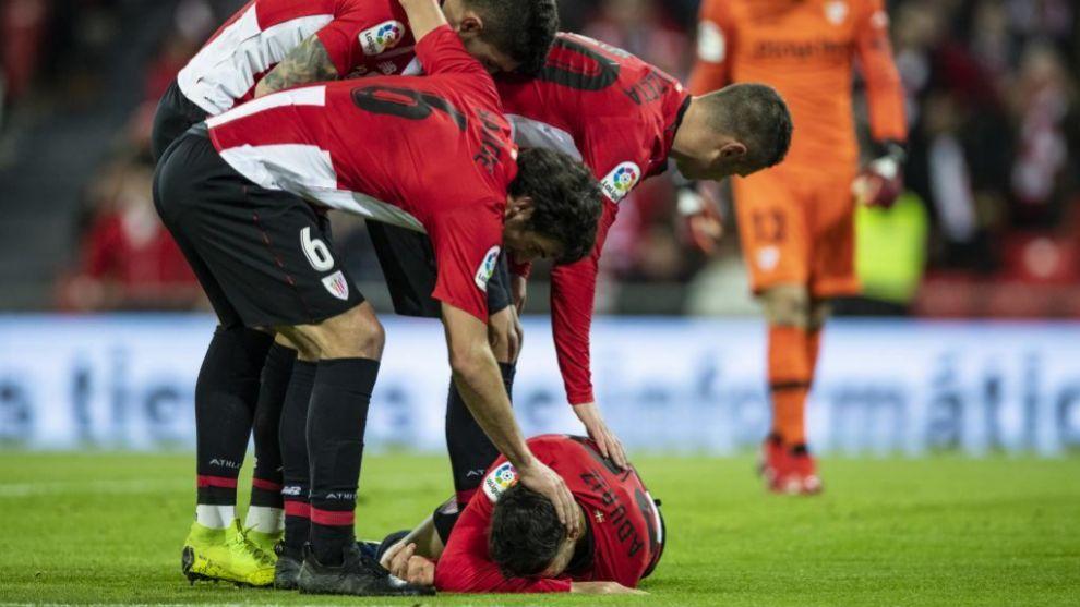 Varios jugadores se interesan por el estado de Aduriz tras caer al...