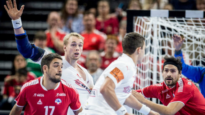 Un momento del partido inaugural entre Dinamarca y Chile /