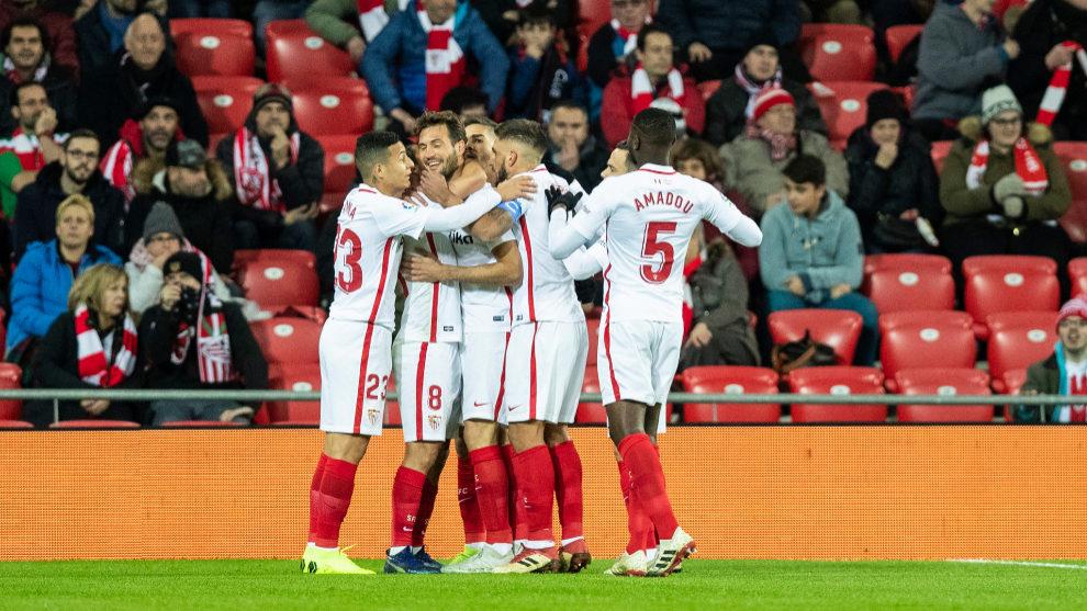 Los jugadores del Sevilla celebran uno de sus goles al Athletic.