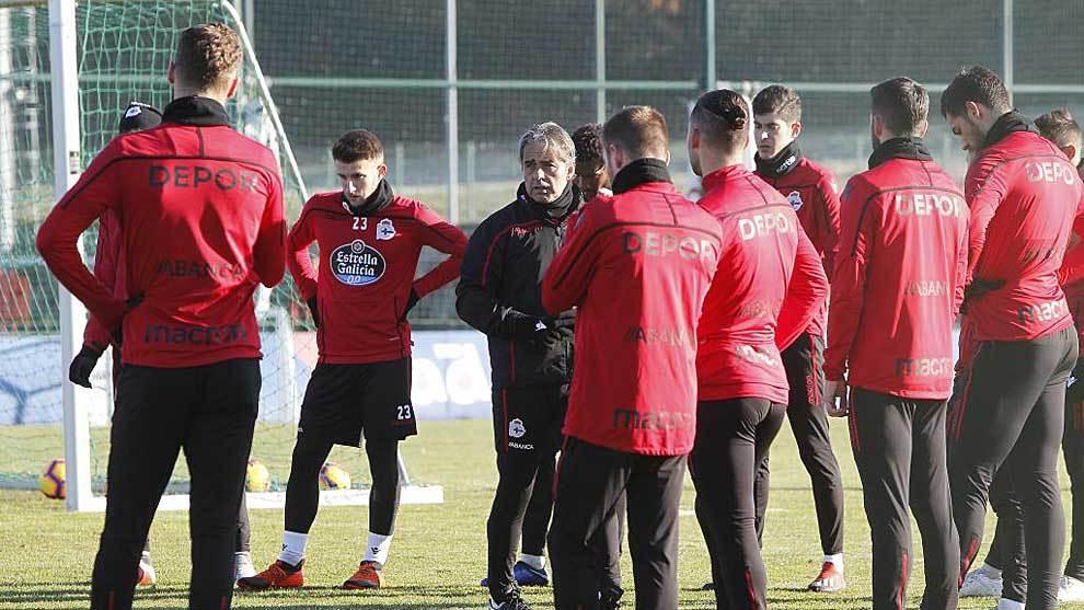 Natxo González se dirige a sus jugadores en un entrenamiento reciente