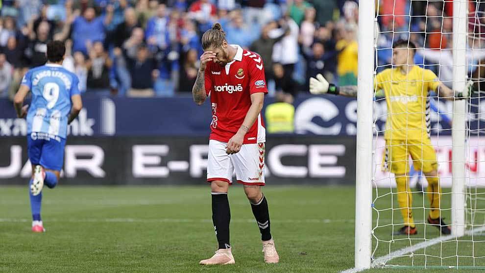 Albentosa se lamenta tras encajar el Nástic uno de los dos goles en...
