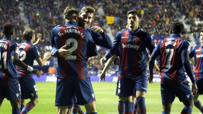 Los jugadores del Levante celebran un gol ante el Barcelona.