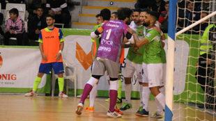 Los jugadores del Palma Futsal celebran uno de los goles frente al...