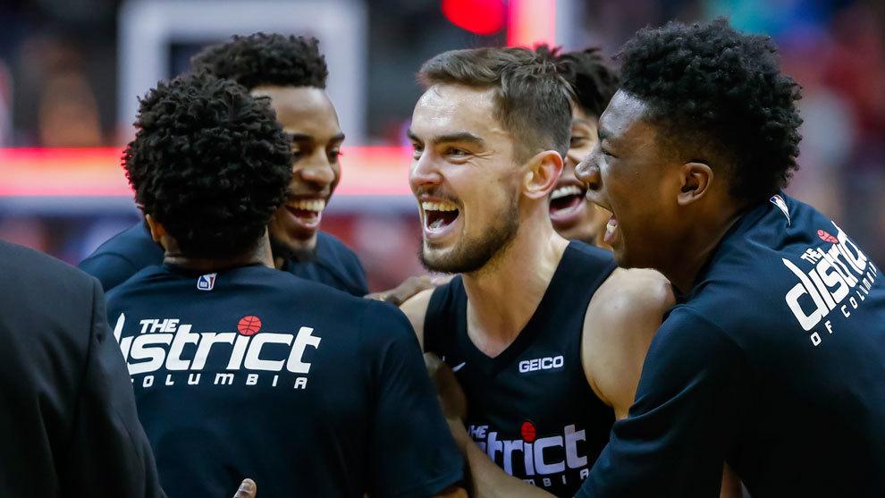 Los jugadores de los Wizards celebran el partidazo de Satoransky