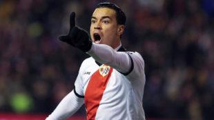Raúl De Tomás protesta al asistente que invalidara su segundo gol,...