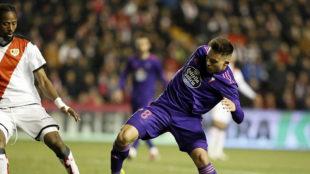 Fran Beltrán intenta controlar un balón ante Ba.