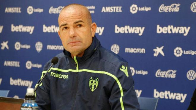 El técnico del Levante, Paco Lópezm en una comparecencia ante los...