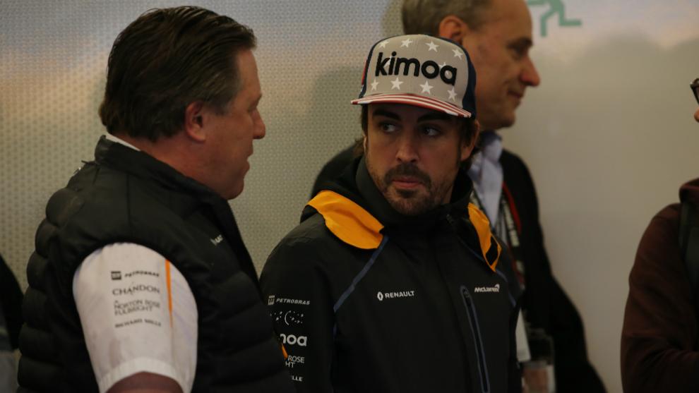 Zak Brown habla con Fernando Alonso.