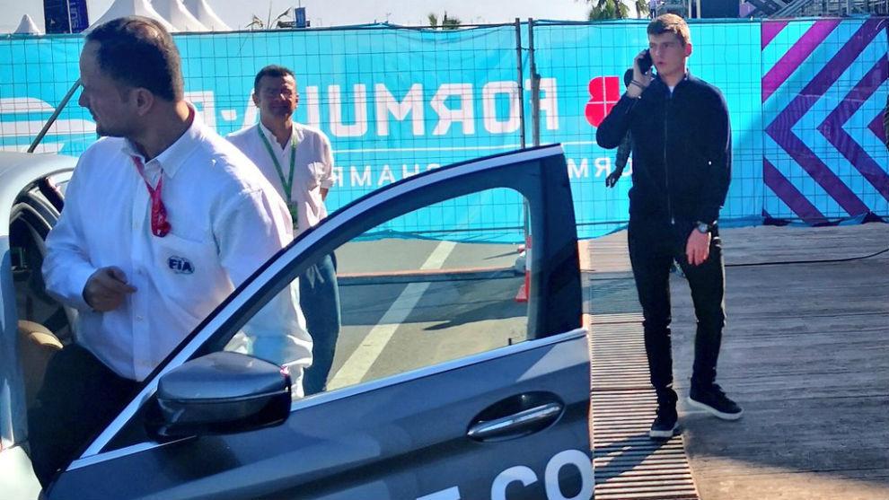 Verstappen, junto al coche de dirección de carrera en Marrakesh.