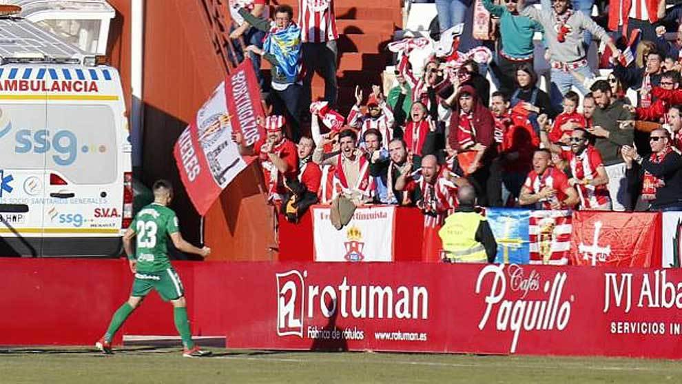 Djurdjevic celebra su gol con los aficionados asturianos desplazados...