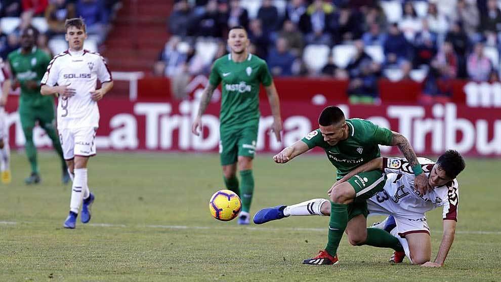 Djurdjevic  disputa un balón con Tejero en el partido del Carlos...