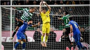 Casillas atrapa un balón por alto contra el Sporting CP.