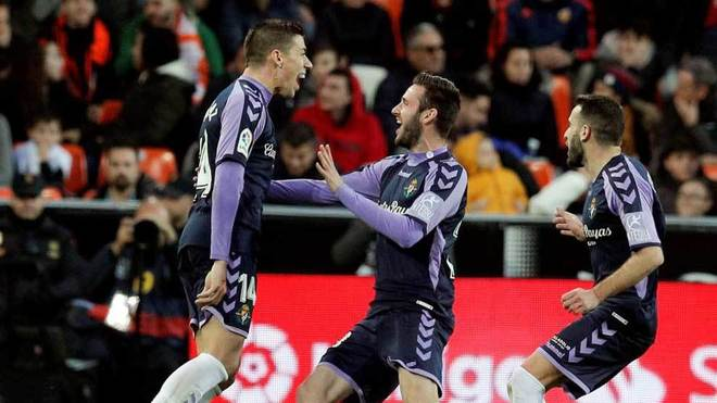 Rubén Alcaraz celebra con sus compañeros su gol ante el Valencia.