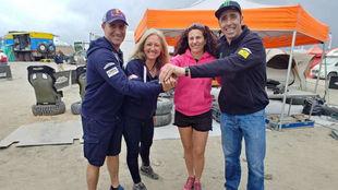Peterhansel, Roma y sus dos mujeres, también pilotos, ayer durante la...