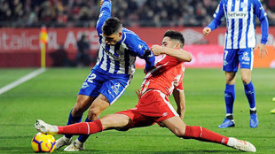 Juanpe mete el pie ante Calleri en un lance del Girona-Alavés.