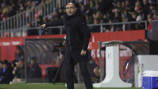 Abelardo da instrucciones a sus jugadores en Montilivi.