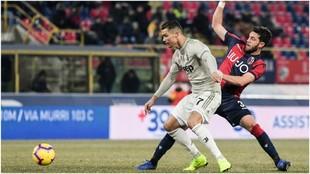 Cristiano Ronaldo trata de disparar a puerta.