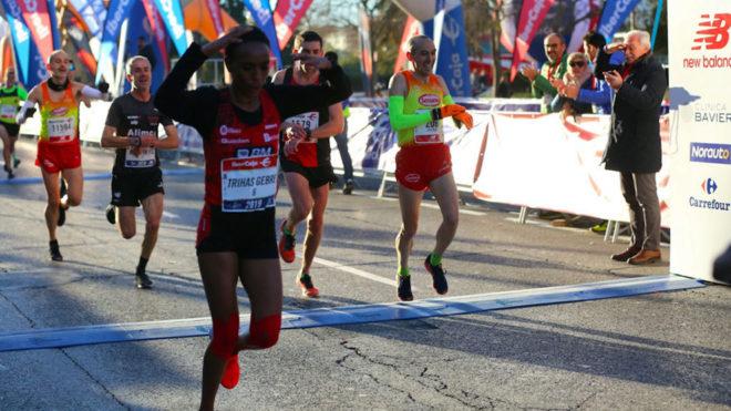 Trihas Gebre celebra que acaba de batir el récord de España de 10 K
